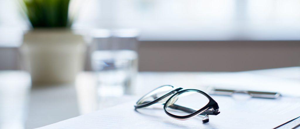 机の上にメガネ