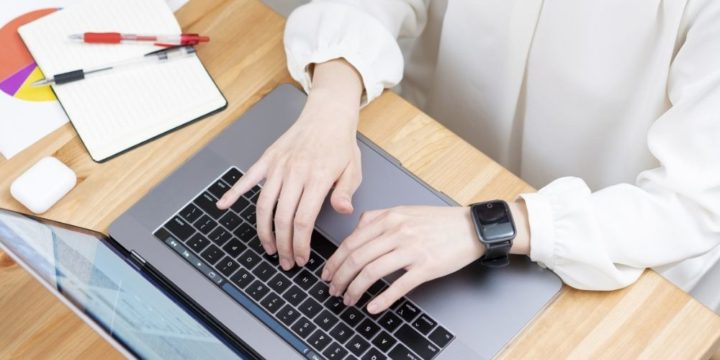 パソコンで作業する女性の手元